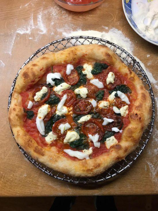 Pizza Spinat, marinierte Kirschtomaten und Ricotta